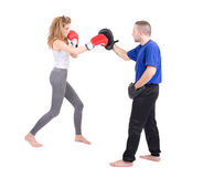 Kickboxingsmeisje met trainer in het sparring stock afbeelding