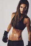 Kickboxingsvechter met een intense blik stock afbeeldingen