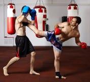 Kickboxvechters die in de gymnastiek sparring Royalty-vrije Stock Foto