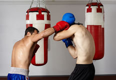 Kickboxvechters die in de gymnastiek sparring Stock Fotografie