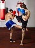 Kickboxvechters die in de gymnastiek sparring Royalty-vrije Stock Foto's