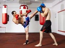 Kickboxvechters die in de gymnastiek sparring Stock Afbeelding