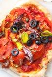 Läcker hemlagad vresig pizza royaltyfri bild