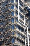 Kicken stålsätter trappa i en fabrik Arkivfoton