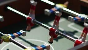 kicker Αόρατο παίζοντας επιτραπέζιο ποδόσφαιρο Άγνωστο παιχνίδι foosball απόθεμα βίντεο