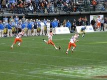 Kicker του Ιλλινόις ποδόσφαιρο λακτισμάτων στο kickoff Στοκ εικόνες με δικαίωμα ελεύθερης χρήσης