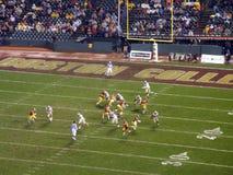Kicker laat vallen de bal aangezien hij aan trap plaatste Stock Foto