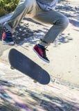 Kickflip de patin dans le skatepark image libre de droits