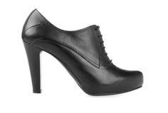 Kickhälet pumpar svart läderkvinnor skor på vit Arkivbilder