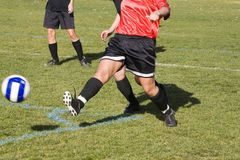 KickingThe Fußball-Kugel Stockfotos