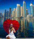 Kicklöneförhöjningbyggnader och gator i Dubai, UAE Fotografering för Bildbyråer