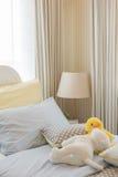 Kid& x27; дизайн интерьера спальни s с куклами Стоковая Фотография RF