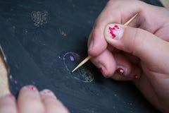 kid& x27; чертеж руки s на классн классном Стоковая Фотография