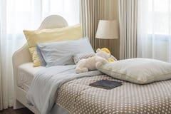 Kid& x27; 与玩偶的s卧室室内设计在白色床上 库存照片