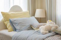 Kid& x27; 与玩偶的s卧室室内设计 免版税库存图片