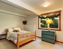 Kid& x27; 有最小的设计的s乳脂状的口气卧室 免版税库存图片