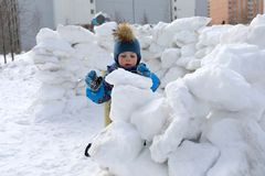 Kid building snow fortress Royalty Free Stock Photos