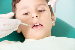 Kid& de examen x27 de dentiste ; dents de s photos stock