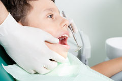 Kid& de examen x27 de dentiste ; dents de s images stock