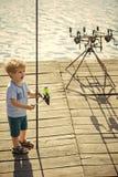 kid de visser vist op een visreis Kind met hengel op houten pijler royalty-vrije stock afbeeldingen