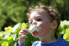Kid eating ice cream outdoor Royalty Free Stock Photos
