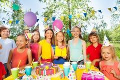 Kid& feliz grande x27; compañía de s que celebra cumpleaños Fotos de archivo libres de regalías