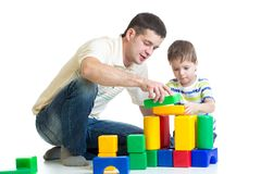 Kid and his dad play with building blocks Royalty Free Stock Photos