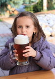 Kid hodling beer Royalty Free Stock Photos