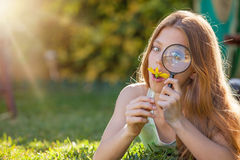 Kid looking magnifying glass Royalty Free Stock Photography