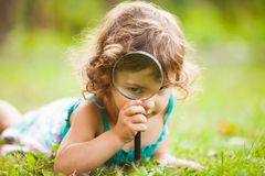 Kid with magnifying glass Royalty Free Stock Photos