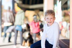 Kid at outdoor shopping mall Royalty Free Stock Images