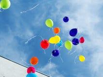 Kid& x27; palloni di s sui precedenti del cielo Fotografia Stock