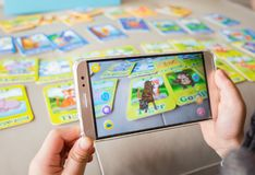 Free Kid Playing Augmented Reality Popup Of Tiger Via Mobile Royalty Free Stock Photos - 116522108