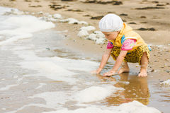 Kid playing on the beach Royalty Free Stock Photography