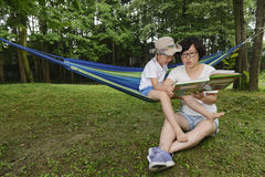 Kid reading with mom together Royalty Free Stock Photos