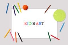 Kid& x27; s艺术图画大模型,白纸板料,与蜡笔的placemat顶视图  免版税库存图片
