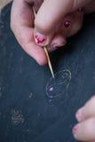 kid& x27; s hand die op een bord trekken stock afbeelding