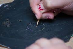 kid& x27; s hand die op een bord trekken royalty-vrije stock afbeeldingen
