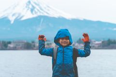 Kid standing in front of Kawaguchiko lake and mount fuji in winter stock images
