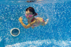 Kid swimming underwater in pool Stock Photography