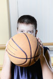 Kid throwing basketball Royalty Free Stock Photography