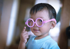 Kid using doctor glass toy Royalty Free Stock Photos