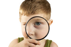 Kid using magnifying glass Royalty Free Stock Photography