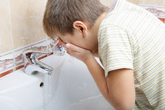 Kid washing face Stock Photography