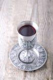 Kiddush kopp med vin Arkivfoto