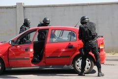 """Kidnappad man för polistrupp som räddning binds med handbojor i staden av Sofia, Bulgarien†""""september, 11,2007 brottslig plats  Royaltyfri Foto"""