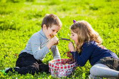 Kids eating fruits Royalty Free Stock Photography