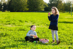 Kids eating fruits Royalty Free Stock Photos