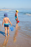 Kids looking for sea shells Royalty Free Stock Photography