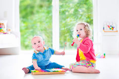 Kids playing music with xylophone Royalty Free Stock Photos